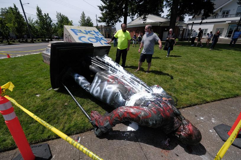 Obalony pomnik Jerzego Waszyngtona w Portland /Alex Milan Tracy/Sipa USA /East News