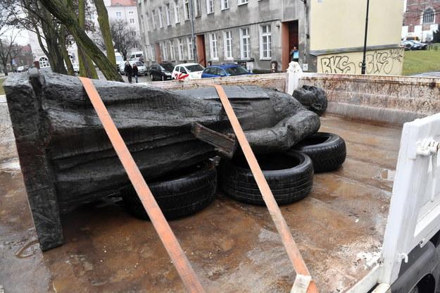 Obalony pomnik ks. Henryka Jankowskiego /Marcin Gadomski /PAP