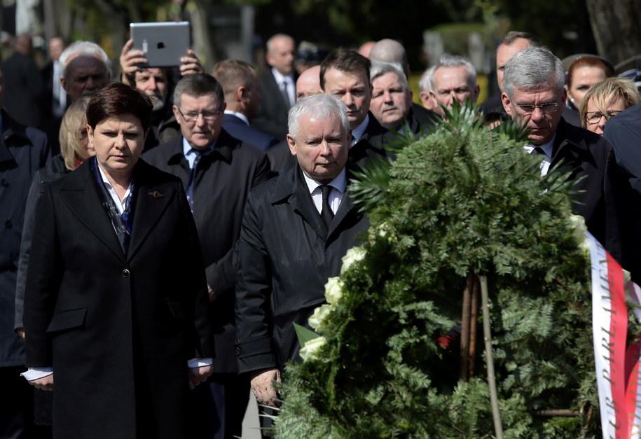 Obchody 7. rocznicy katastrofy smoleńskiej - premier Beata Szydło (L), prezes PiS Jarosław Kaczyński (C), marszałek Senatu Stanisław Karczewski (P) /PAP