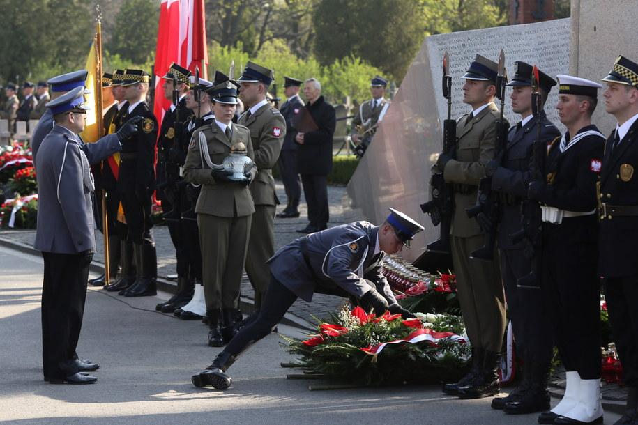 Obchody 7. rocznicy katastrofy smoleńskiej - uroczystości przed pomnikiem Ofiar Katastrofy Smoleńskiej na Cmentarzu Wojskowym na Powązkach /Tomasz Gzell /PAP