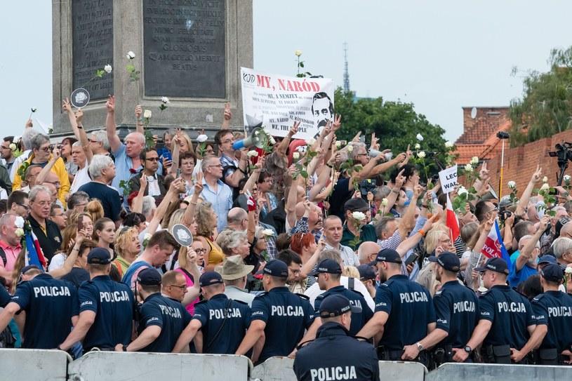 Obchody 87. miesięcznicy smoleńskiej w Warszawie na Krakowskim Przedmieściu /Stanislaw Kusiak /East News