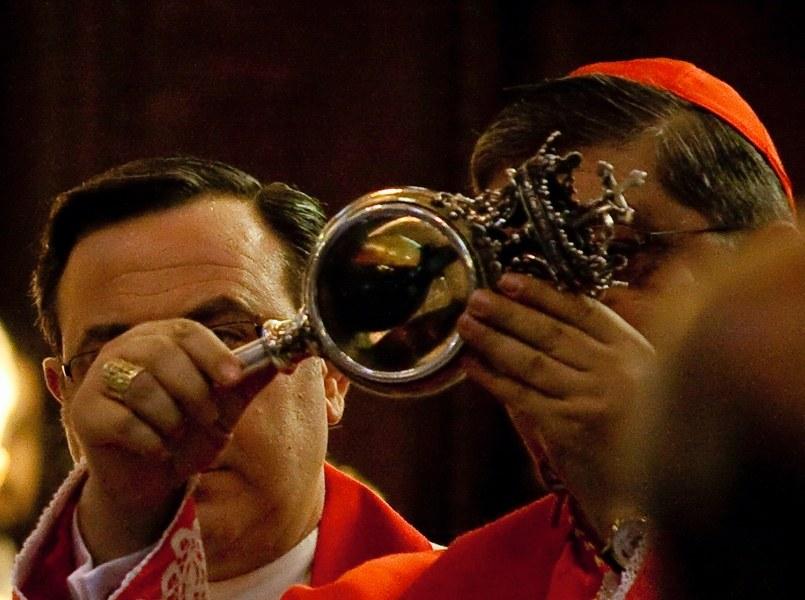Obchody dnia św. Januarego w Neapolu. Na zdjęciu widzimy szklaną ampułkę z krwią świętego /Wikimedia Commons /domena publiczna