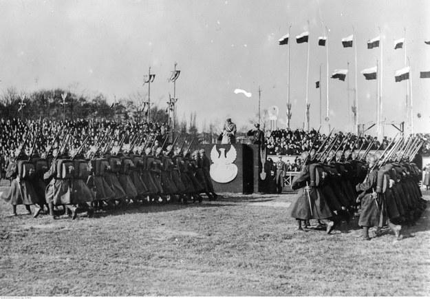 Obchody święta 11 listopada w Warszawie w 1934 roku. Defilada oddziałów piechoty przed marszałkiem Józefem Piłsudskim (na trybunie) /Z archiwum Narodowego Archiwum Cyfrowego