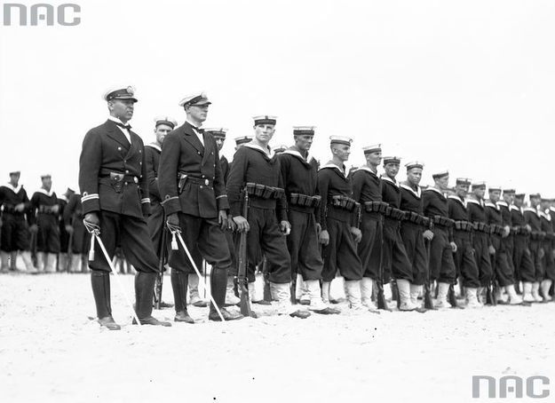 Obchody Święta Morza w Gdyni. Front oddziału Marynarki Wojennej w czasie nabożeństwa na molo /Z archiwum Narodowego Archiwum Cyfrowego