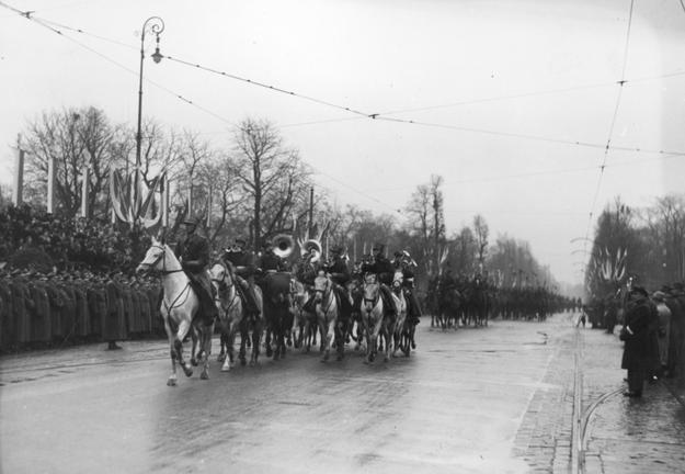 Obchody Święta Niepodległości w Warszawie w 1937 roku. Czoło defilujących oddziałów kawalerii /Z archiwum Narodowego Archiwum Cyfrowego