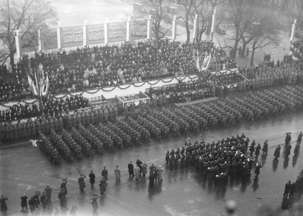 Obchody Święta Niepodległości w Warszawie w 1937 roku. Oddziały piechoty defilujące przed trybuną honorową /Z archiwum Narodowego Archiwum Cyfrowego