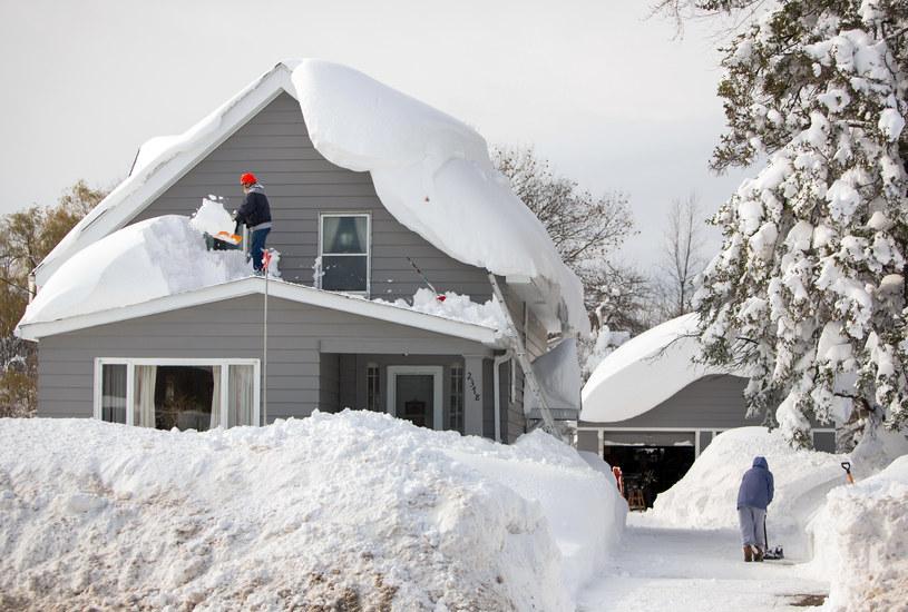 Obciążone śniegiem dachy grożą zawaleniem /FORUM /Agencja FORUM