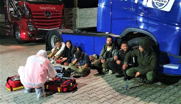Obcokrajowcy ukrywali się w naczepie tira z transportem arbuzów z Grecji /Bieszczadzki Oddział Straży Granicznej /