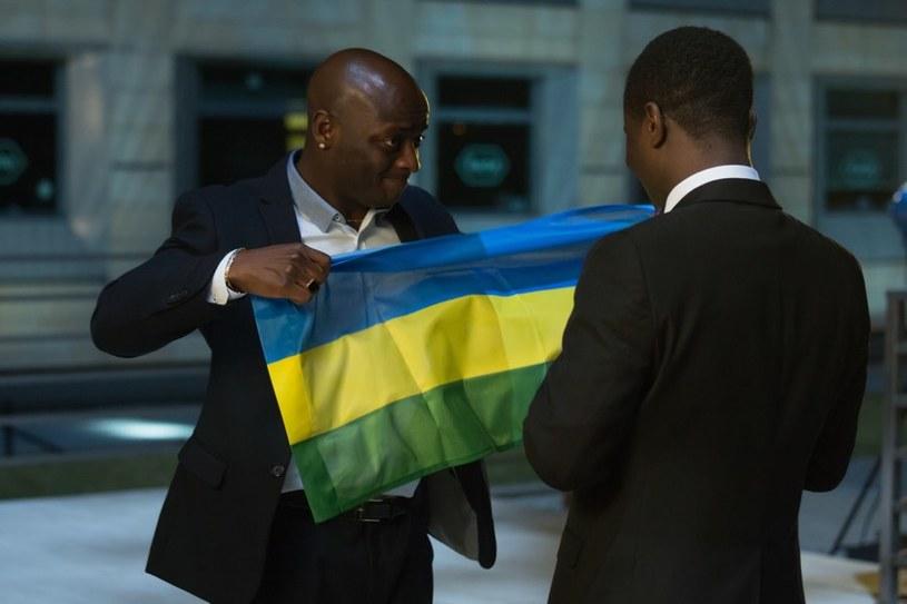 Obcokrajowiec postanowi zawiesić na dachu flagę swojego kraju. Niestety, skończy się to tragicznie. /Agencja W. Impact