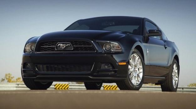 Obecna, piąta generacja Forda Mustanga pojawiła się w 2004 roku i rozpoczęła modę na styl retro wśród tzw. pony cars - niedrogich aut sportowych w USA. W jej ślady poszedł Chevrolet z nowym Camaro i Dodge z Challengerem. Na zdjęciu model po liftingu z 2011. /Ford