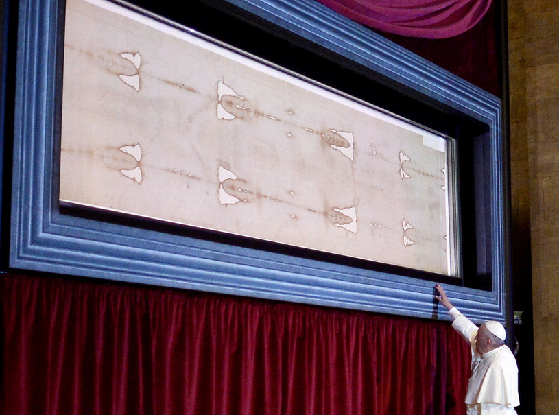 Obecnie całun jest przechowywany w katedrze św. Jana Chrzciciela w Turynie. Cenne płótno jest pokazywane publicznie tylko raz na kilka lat. Podczas wystawienia relikwii w 2015 roku oglądał ją papież Franciszek /MARCO BERTORELLO / AFP /East News