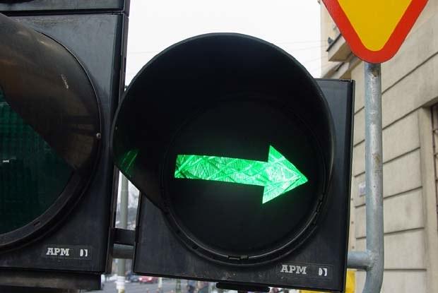 Obecnie na polskich skrzyżowaniach możemy spotkać sygnalizator z zieloną strzałką zamiast tabliczki /INTERIA.PL