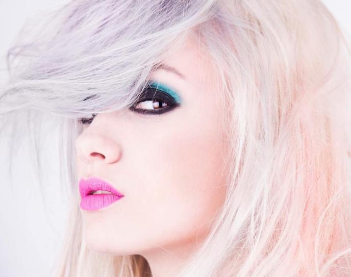 """Obecnie najmodniejszym trendem w koloryzacji wciaż jest """"granny hair"""". /Styl.pl"""