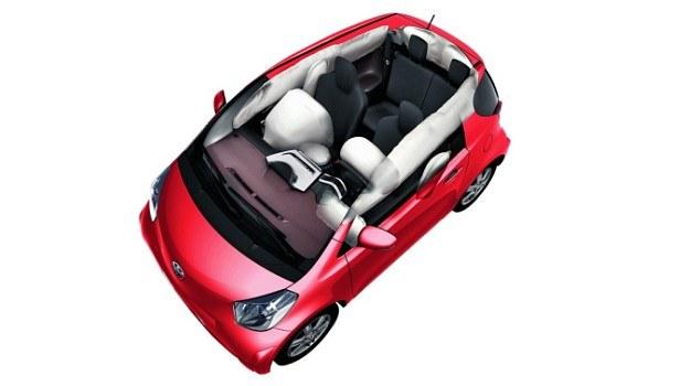 Obecnie nawet małe auto może być wyposażone w 9 poduszek powietrznych (na zdj.: Toyota iQ). /Toyota