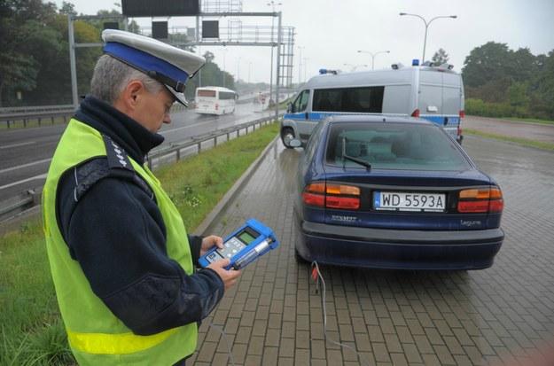Obecnie policja ma możliwość sprawdzić czystość spalin samochodu nawet na drodze /INTERIA.PL