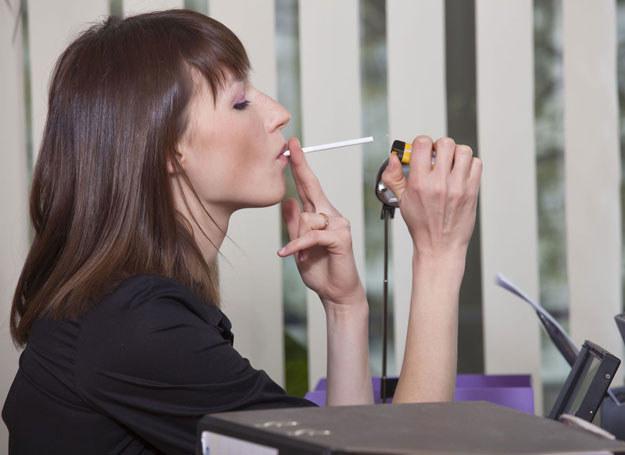 Obecnie pracodawca nie ma obowiązku tworzenia miejsca przystosowanego do palenia papierosów /123RF/PICSEL