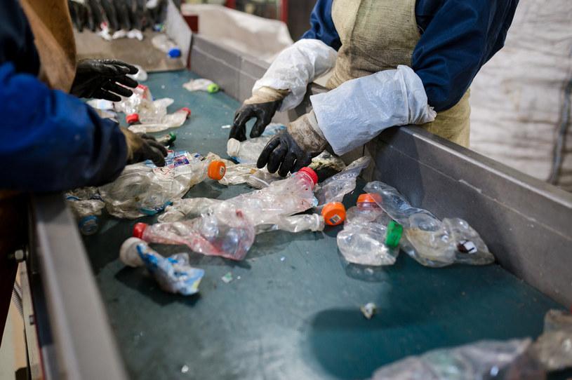 Obecnie tylko niewielka cześć produkowanego na świecie plastiku jest poddawana recyklingowi /123RF/PICSEL