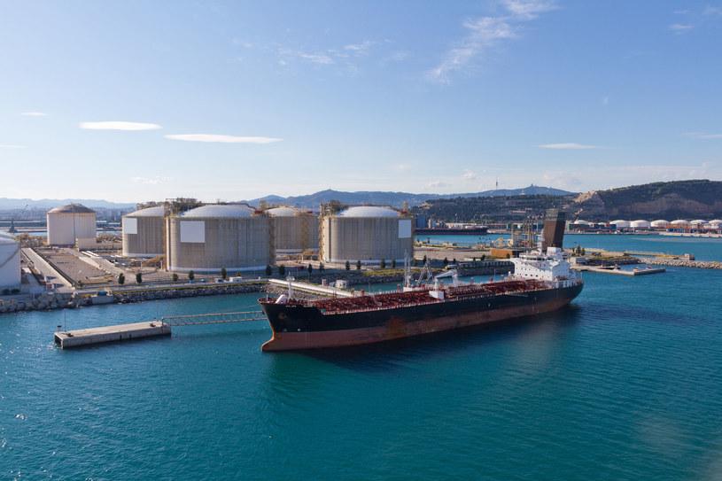 """Obecnie w magazynach """"pływających"""" znajduje się w sumie ok. 34 mln baryłek ropy. /123RF/PICSEL"""