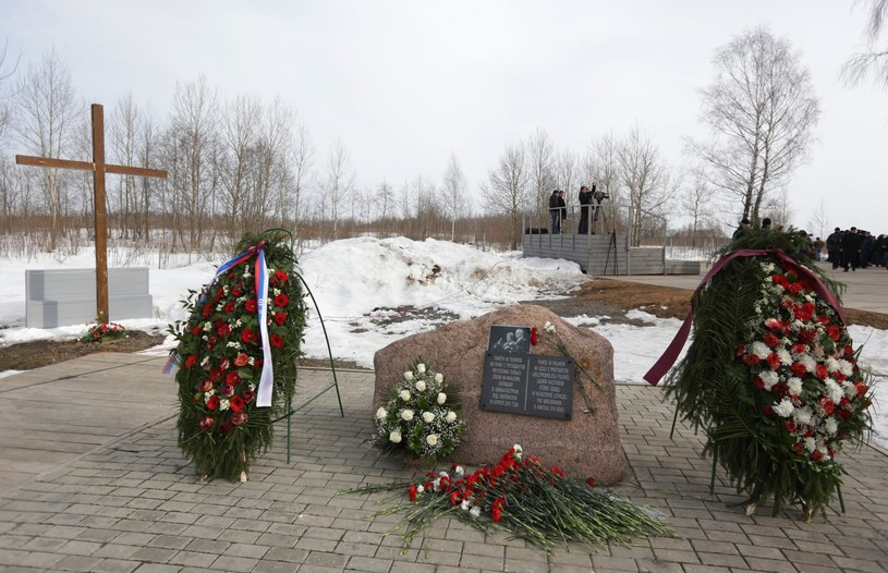 Obecnie w Smoleńsku znajduje się kamień z tablicą, która upamiętnia ofiary katastrofy /Krzysztof Kowalczuk /East News