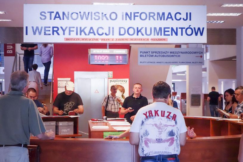 Obecnie wcale nie trzeba pojawiać się w urzędzie /Piotr Kamionka /Reporter