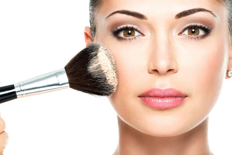 Obecność minerałów sprawia, że sypki puder przestał być ciężkim kosmetykiem, który może zatykać pory i powodować efekt maski /123RF/PICSEL