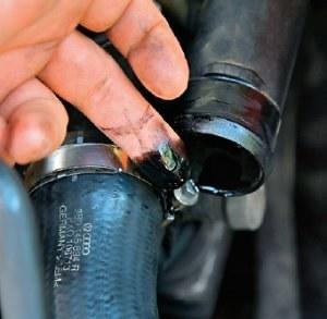 Obecność oleju w układzie dolotowym to jeden z typowych symptomów zużycia turbo. /Motor