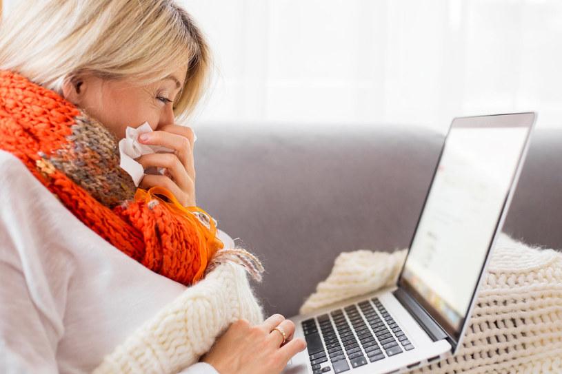 Obecność śluzowo-ropnej wydzieliny w nosie świadczy o bakteryjnym nadkażeniu lub zapaleniu zatok. Konieczny jest antybiotyk /123RF/PICSEL