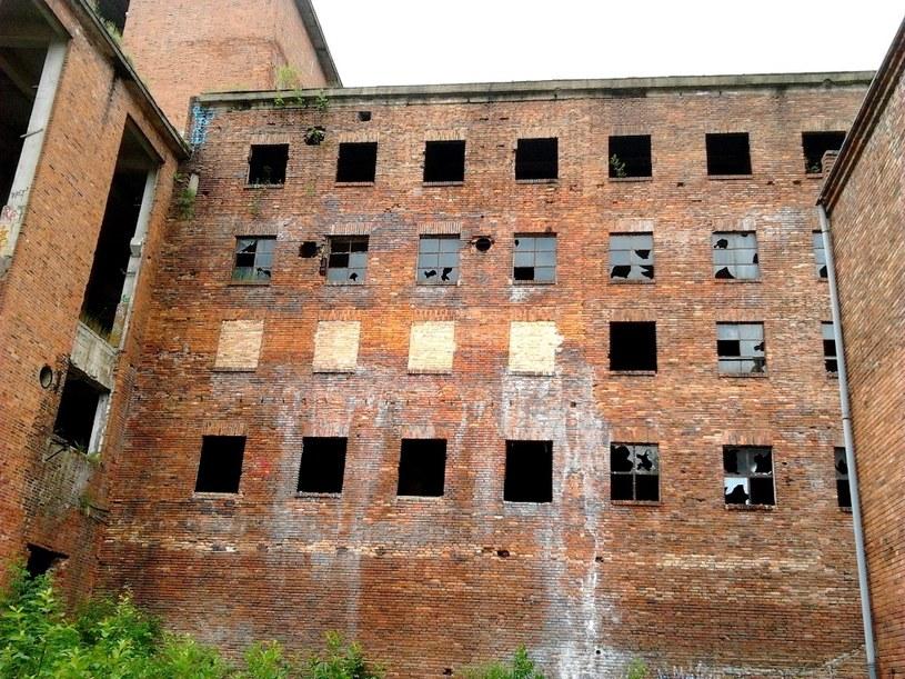 """Obecny widok budynków fabrycznych po Zakładach Włókien Chemicznych """"Chemitex Celwiskoza"""" przypomina zapewne podobny stan jak w 1945 roku... /Odkrywca"""