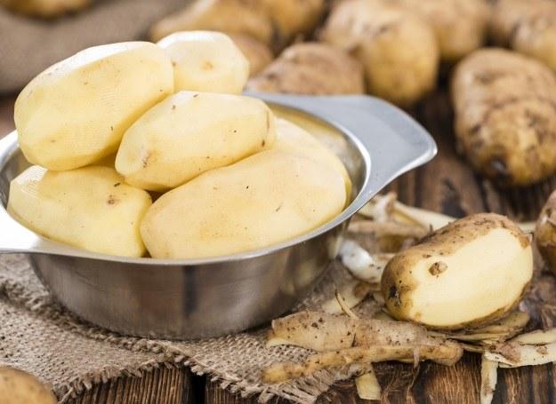 Obierając ziemniaki oszczędzaj czas i energię! /123RF/PICSEL