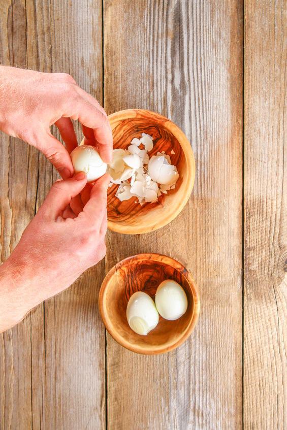 Obieranie jajek /©123RF/PICSEL