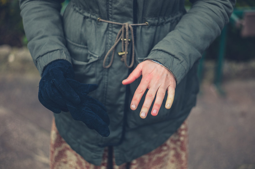 Objaw Raynauda najczęściej pojawia się na dłoniach /123RF/PICSEL
