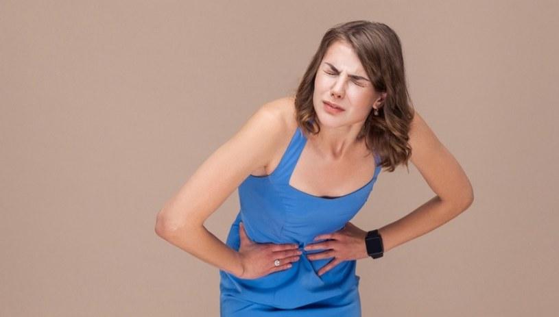 Objawem celiakii jest ból brzucha /123RF/PICSEL