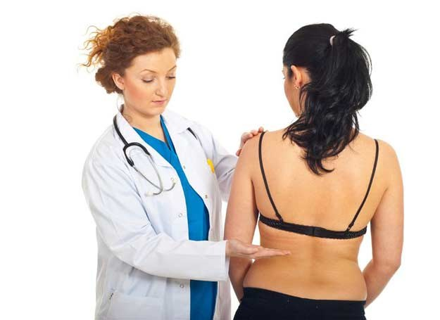 Objawem choroby może być ból w okolicy lędźwiowej /123RF/PICSEL