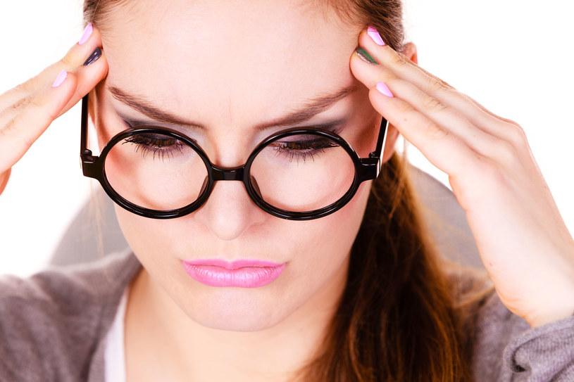 Objawem chorych zatok jest m.in. ból głowy /123RF/PICSEL