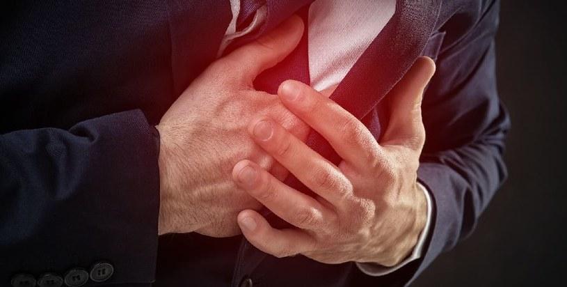 Objawem może być ból w klatce piersiowej /123RF/PICSEL