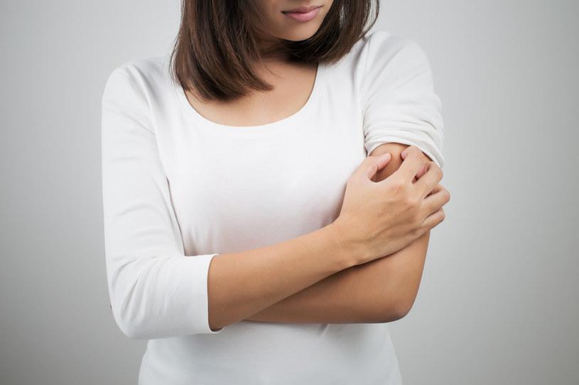 Objawem ukąszenia meszki mogą być wymioty oraz gorączka /123RF/PICSEL