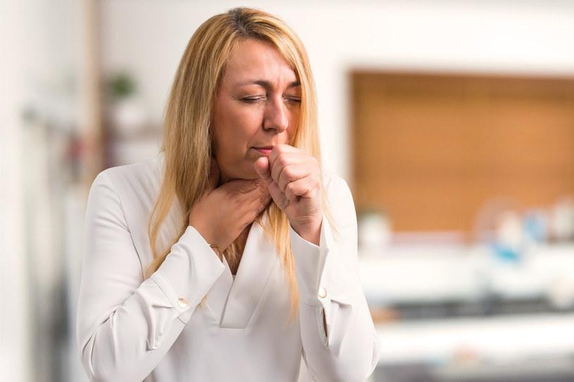 Objawy grypy to przede wszystkim gorączka, kaszel i ból mięśni /123RF/PICSEL
