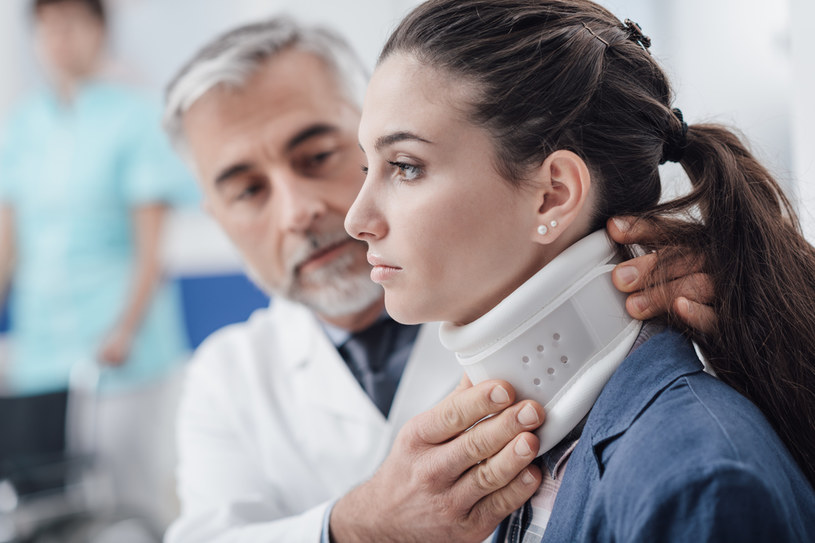 Objawy pomoże złagodzić kołnierz ortopedyczny /123RF/PICSEL