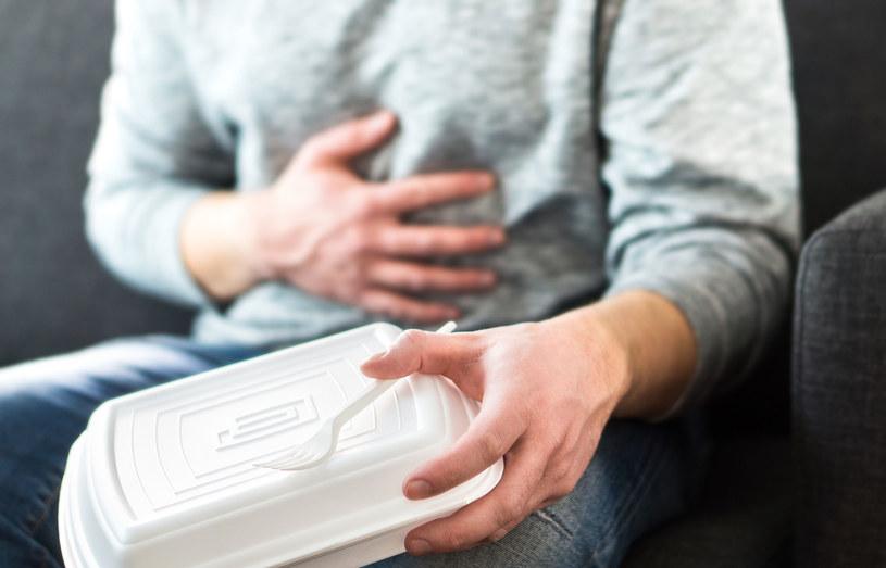 Objawy zatrucia pojawiają się zwykle 2-6 godzin od zjedzenia posiłku /123RF/PICSEL