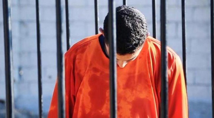 Oblany benzyną Muath al-Kasaesbeh w klatce przed egzekucją /&nbsp