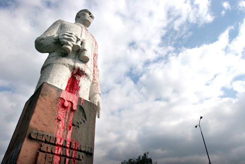 Oblany farbą pomnik Generała Broni, Zygmunta Berlinga w Warszawie /East News