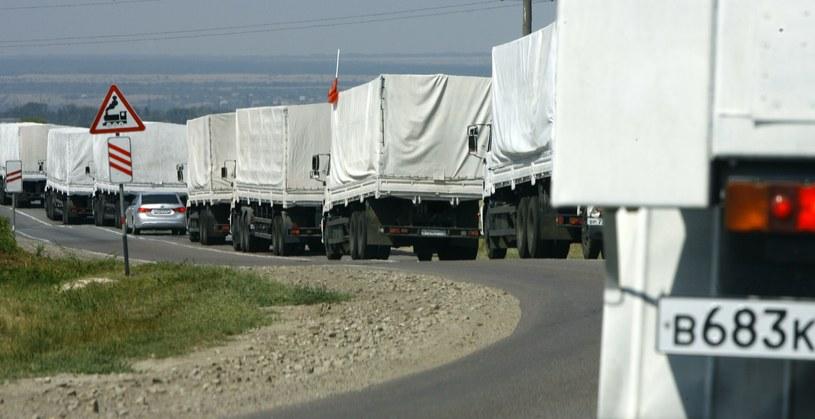 obok miejsca, gdzie rozłożył się obóz konwoju humanitarnego, zauważono wzmożony ruch pojazdów wojskowych. /AFP