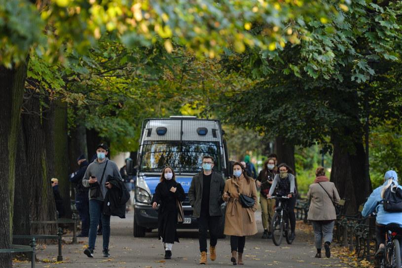 Obostrzenia w związku z koronawirusem zostały przedłużone, choć są wyjątki /Artur Widak/NurPhoto /Getty Images