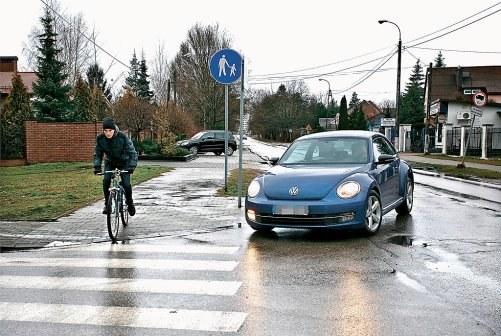 Obowiązek ustąpienia pierwszeństwa przy skręcie w drogę poprzeczną /Motor