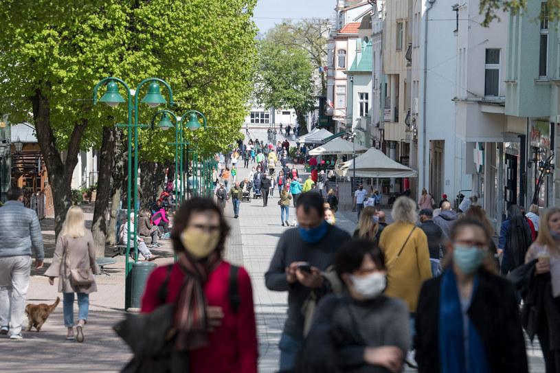 Obowiązek zakrywania ust i nosa w miejscach ogólnodostępnych wprowadzono 16 kwietnia. /Fot. Wojciech Strozyk /Reporter