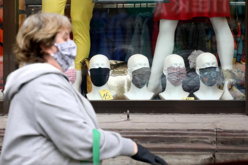 Obowiązek zasłaniania ust i nosa na wolnym powietrzu będzie obowiązywał również w strefie żółtej /Piotr Molecki /East News