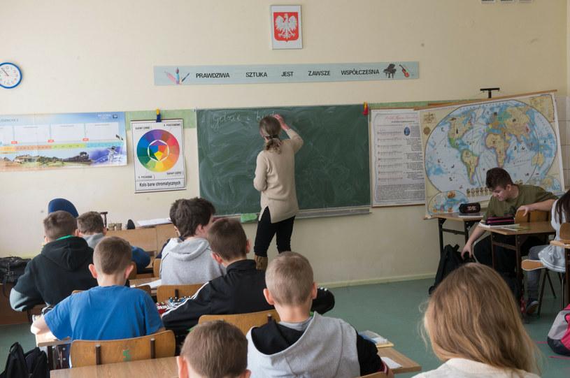 """Obowiązki nauczyciela to nie tylko praca """"przy tablicy"""". Na co dzień muszą mierzyć się z mnóstwem innych wyzwań /Jacek Domiński /East News"""