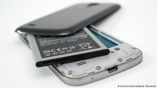 Obowiązkowa kaucja w wysokości 25 euro za telefon komórkowy pomoże w utylizacji elektrośmieci? /Deutsche Welle