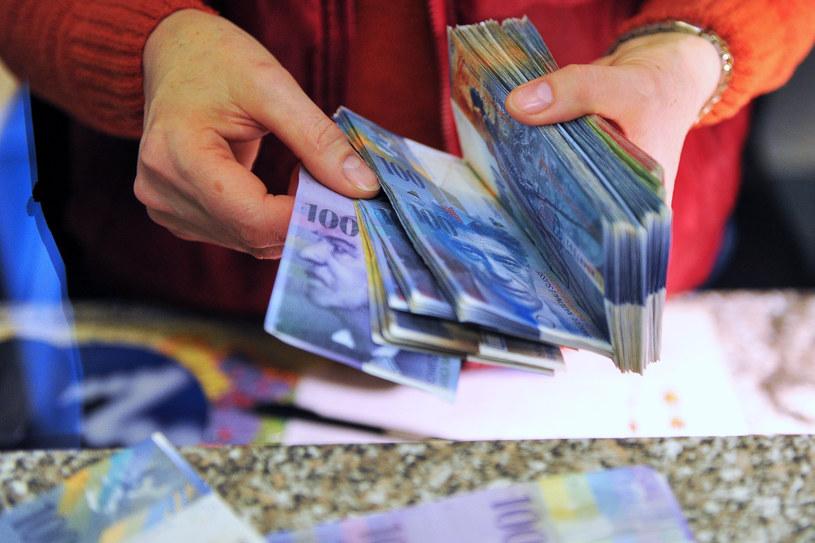 Obowiązkowa mediacja może okazać się pułapką dla frankowiczów. Pozwoli bankom wydłużać procesy /Łukasz Szelemej /Reporter