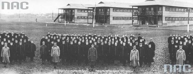 Obóz dla ochotników do Armii Polskiej we Francji w Niagara. Ochotnicy na tle baraków. /Z archiwum Narodowego Archiwum Cyfrowego
